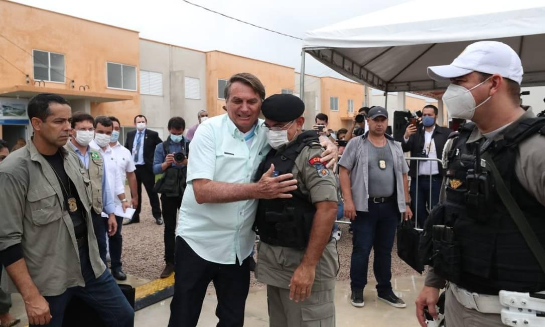 Presidente Jair Bolsonaro abraça o tenente-coronel Marcos Vanderlei Foto: Reprodução