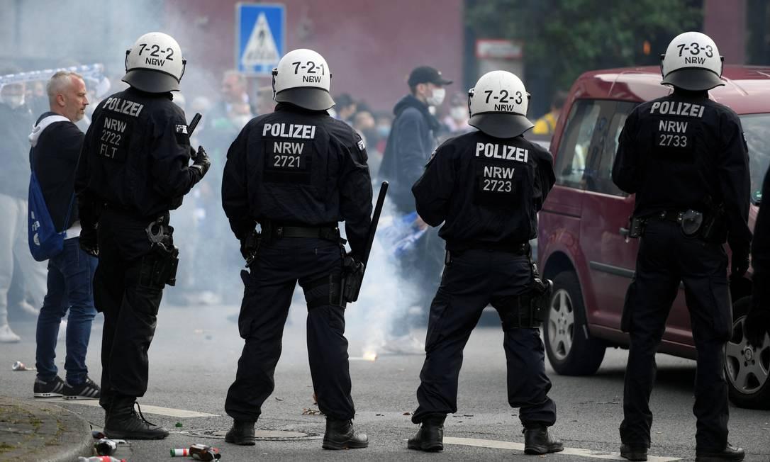 Policiais patrulham saída de jogo do campeonato alemão em Bochum, Oeste da Alemanha Foto: INA FASSBENDER / AFP/23-05-2021