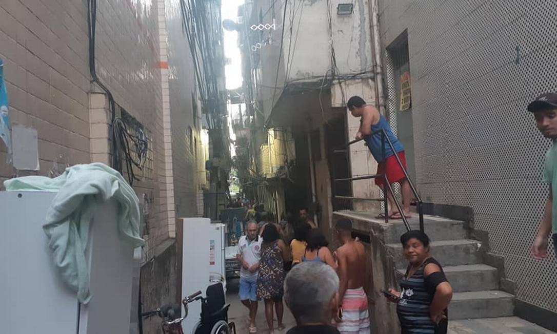 Moradores retiram pertences do prédio Foto: Reprodução/Lume RP
