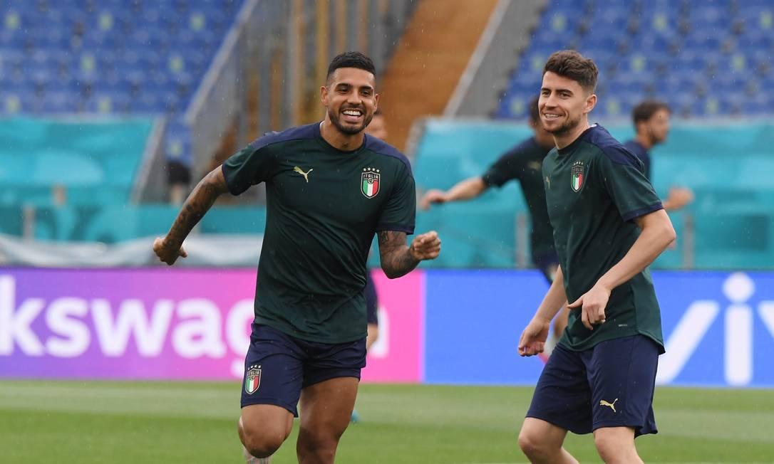 Jorginho e Emerson Palmieri, brasileiros naturalizados, atuam pela Itália Foto: ALBERTO LINGRIA / REUTERS