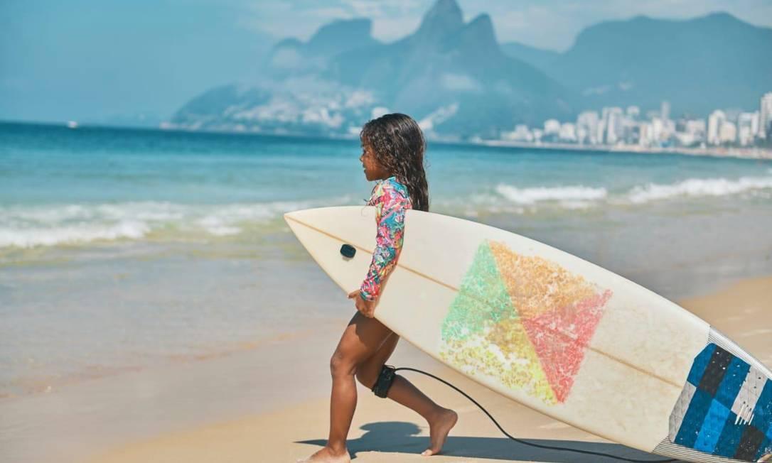 Brenda Moura, de 8 anos, mostra destreza sobre a prancha e sobre o skate Foto: Arquivo pessoal
