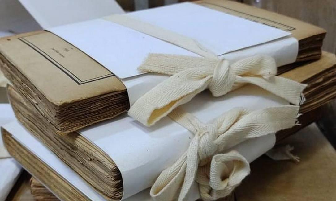 Livros envolvidos por papeis alcalinos e amarrados com cadarço de algodão: conservação correta Foto: Reprodução redes sociais