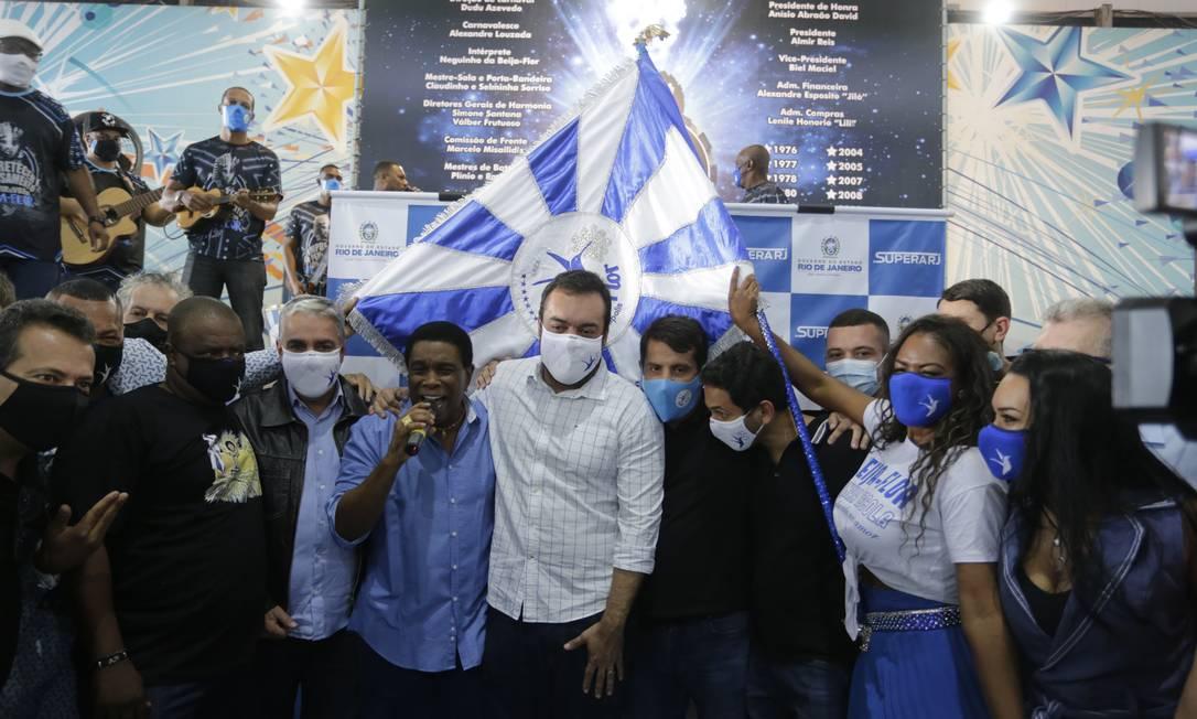 O governador Cláudio Castro durante evento de entrega de cartões de auxílio na quadra da Beija-Flor Foto: Márcia Foletto / Agência O Globo