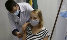 Médico, Soranz já aplicou vacinas no Rio: na foto, dá a segunda dose em Margarida Mendonça, de 68 Foto: Fabiano Rocha / Agência O Globo
