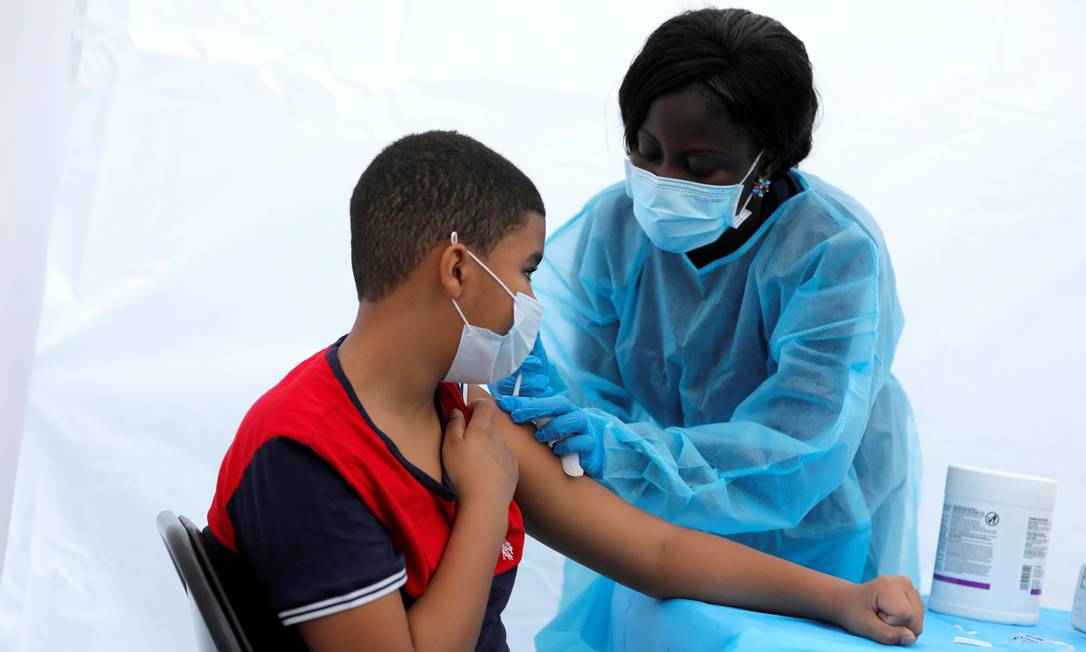 Adolescente de 12 anos recebe vacina da Pfizer em Nova York Foto: Mike Segar/Reuters/04-06-2021