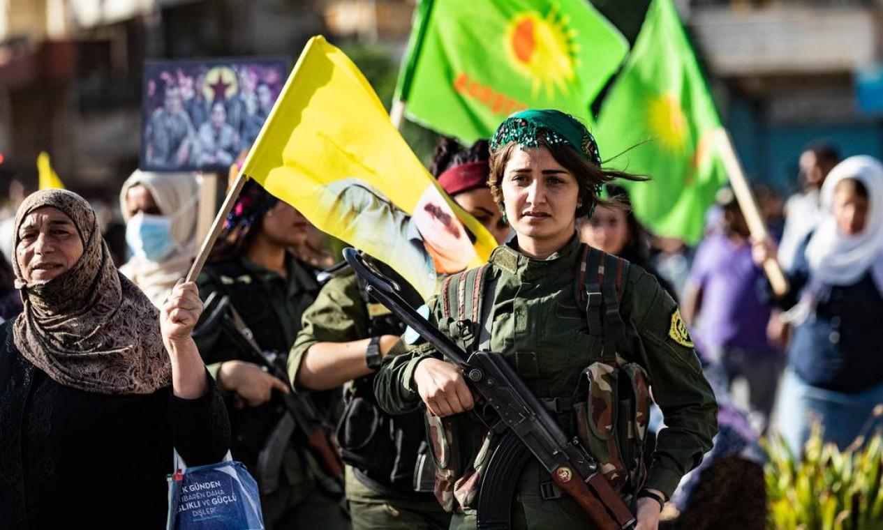 Curdos sírios protestam, na cidade de Qamishli, no nordeste da Síria, contra a ofensiva turca nas áreas do Partido dos Trabalhadores do Curdistão (PKK), no norte do Iraque Foto: DELIL SOULEIMAN / AFP