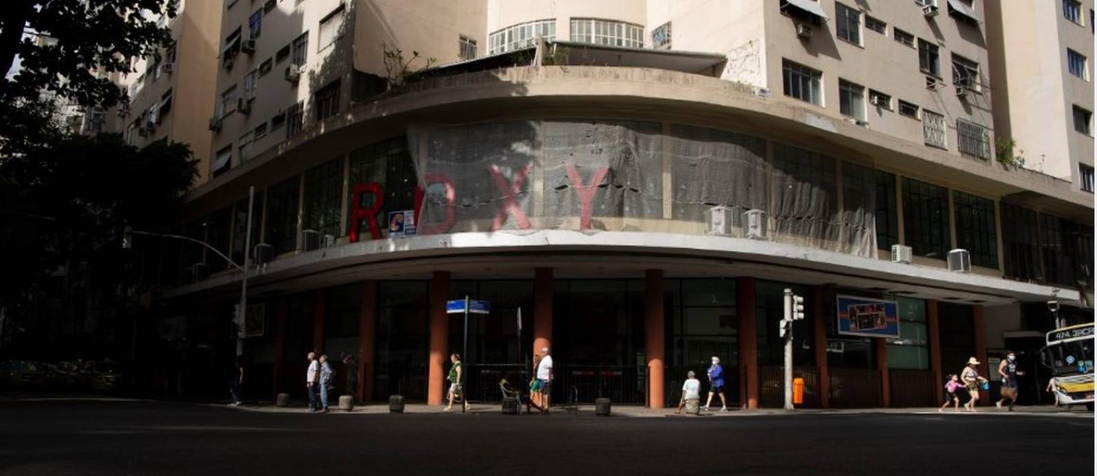 Tela cobre parte do famoso letreiro vermelho: última sessão do cinema que restou em Copacabana foi em novembro Foto: Márcia Foletto / Agência O Globo