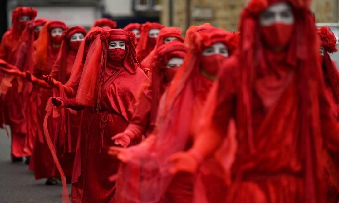 Ativistas contra a mudança climática da chamada 'Brigada Vermelha', protestam em St Ives, Cornualha, no primeiro dia da cúpula de três dias do G7 Foto: OLI SCARFF / AFP