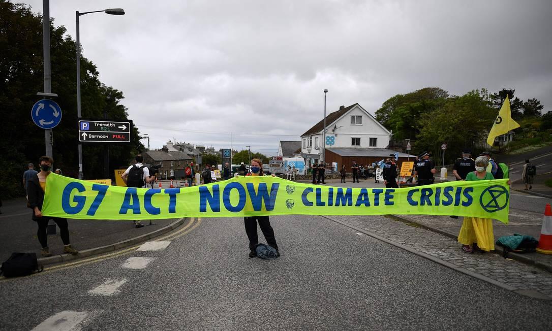 Ativistas marcham em protesto em St Ives, Cornualha, no primeiro dia da cúpula do G7 Foto: BEN STANSALL / AFP