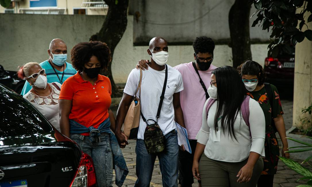 Familia de Kathlen chegando na DH, da Barra. O namorado, de blusa rosa, ao lado dos pais e avó Foto: Hermes de Paula / Agência O Globo