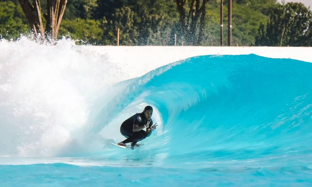 Julia Santos na piscina Wavegarden Foto: Divulgação