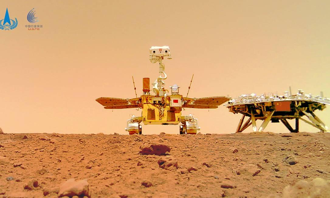 O rover chinês Zhurong e o módulo de pouso da missão Tianwen-1, capturados na superfície de Marte por uma câmera separada do rover, são vistos nesta imagem divulgada pela Administração Espacial Nacional da China (CNSA) em 11 de junho de 2021. Foto: CNSA / VIA REUTERS