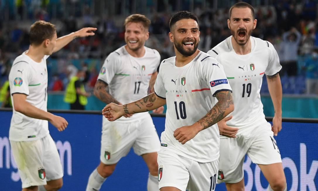Italianos festejam gol de Insigne (camisa 10) contra a Turquia Foto: MIKE HEWITT / AFP