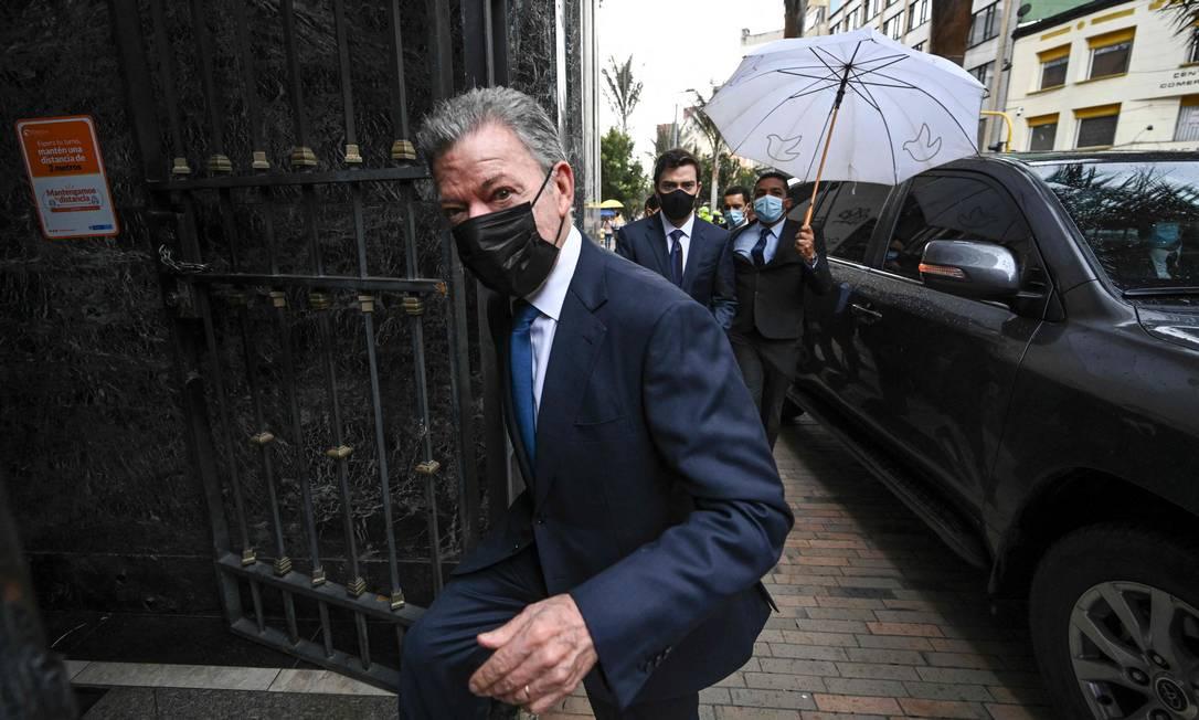 O ex-presidente colombiano Juan Manuel Santos chega para se encontrar com membros da Comissão da Verdade em Bogotá Foto: JUAN BARRETO / AFP