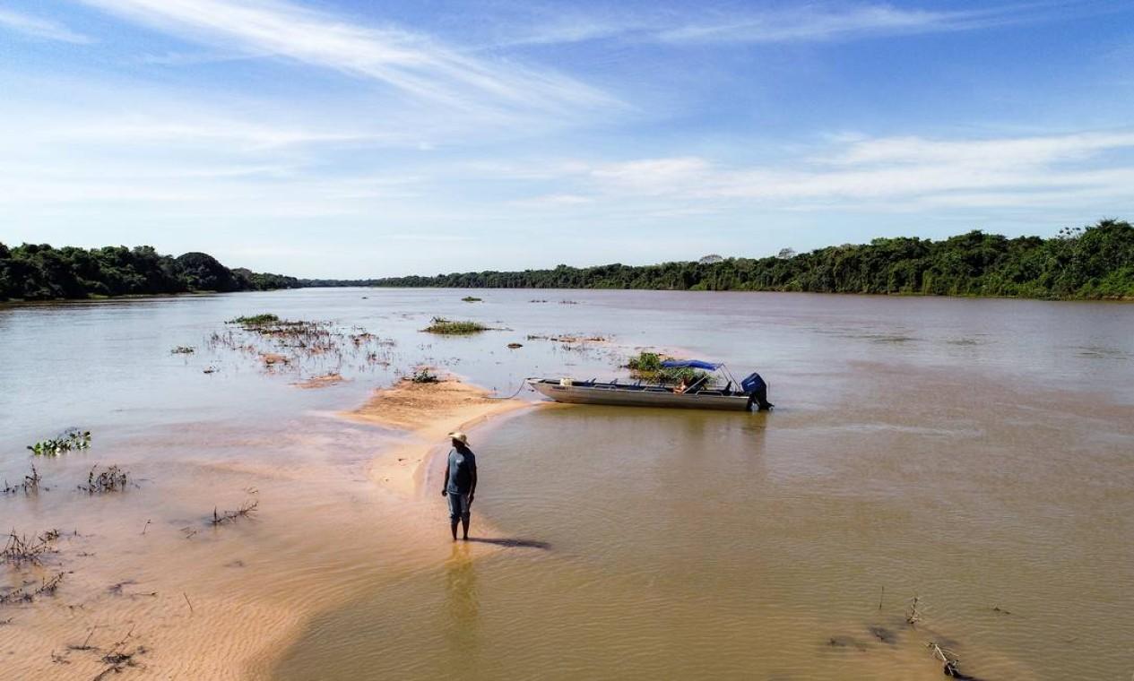 Estiagem antecipada. Baixo volume de chuva fez surgir faixas de areia no meio do rio São Lourenço, na divisa com Mato Grosso do Sul Foto: José Medeiros / Agência O Globo
