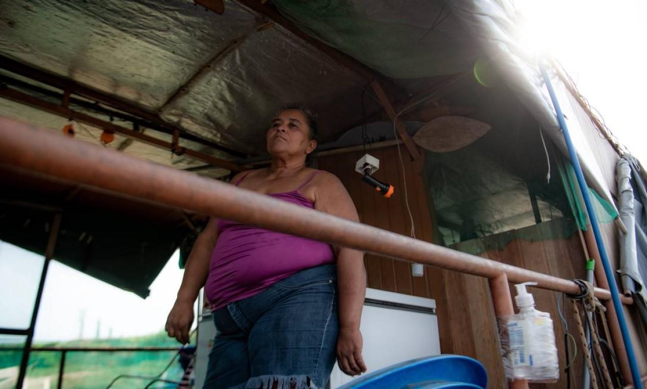 Diana e o marido, Oscar Moraes, 69 anos, vivem da venda de isca, peixe, cerveja e refrigerante para os poucos turistas que aparecem Foto: José Medeiros / Agência O Globo