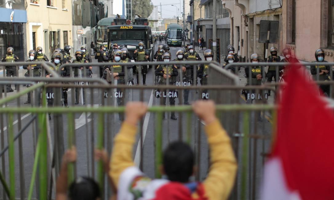 Policiais fazem a segurança do lado de fora do Júri Nacional de Eleições (JNE), em Lima Foto: LUKA GONZALES / AFP