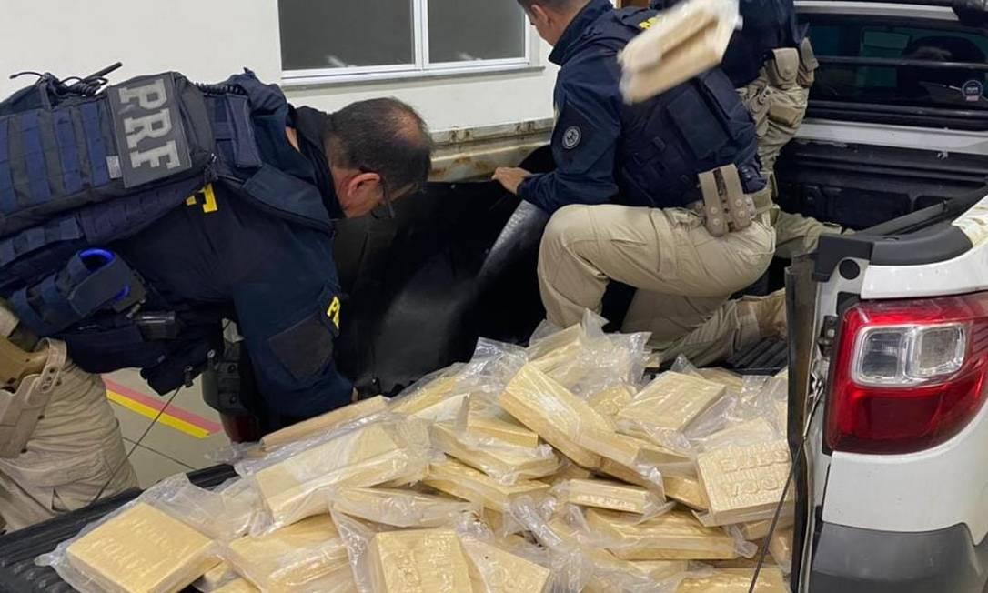 Agentes da PRF e a droga escondida no veículo Foto: Divulgação