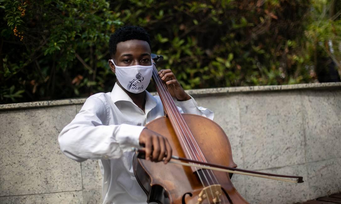 O músico e seu violoncelo: Luiz Carlos Justino, que ficou conhecido por ter sido preso por engano, pretende virar youtuber Foto: Brenno Carvalho / Agência O Globo