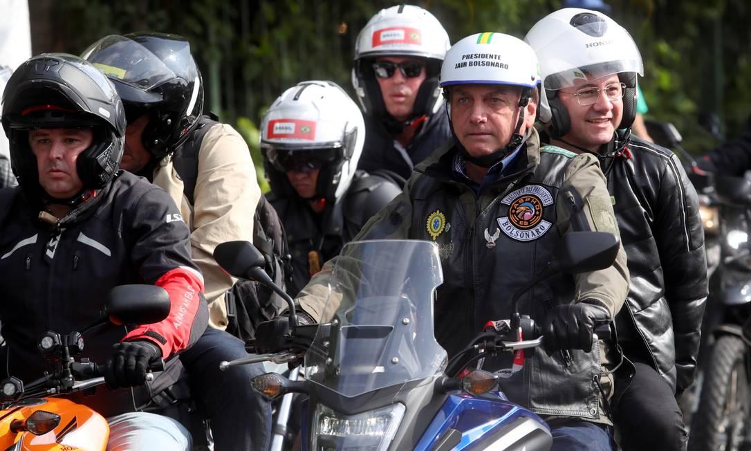 """Bolsonaro usou um capacete do tipo """"coquinho"""", sem viseira e proteção para o maxilar, o que é proibido para motociclistas e pode render multa grave Foto: AMANDA PEROBELLI / REUTERS"""