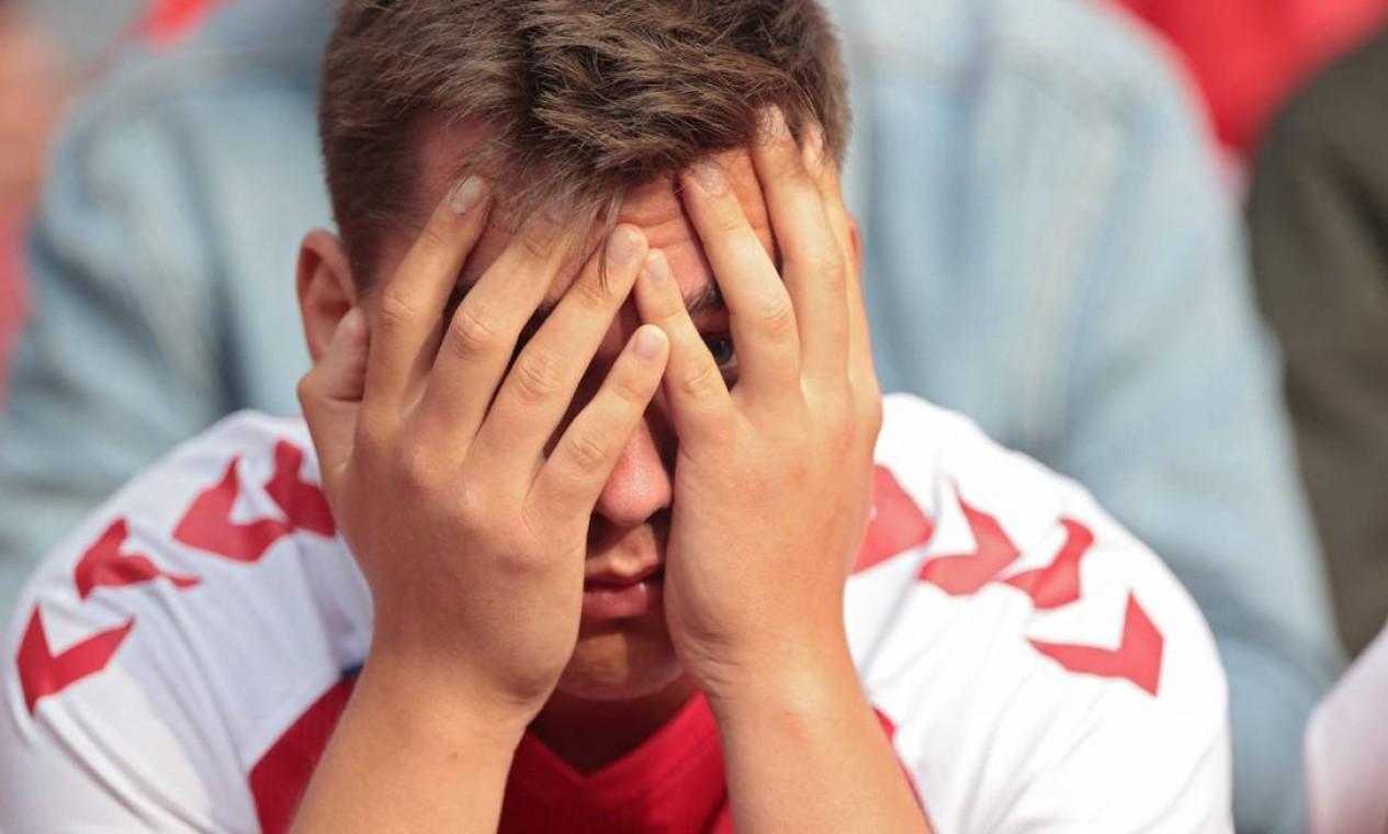 Torcedores reagem após o colapso do meio-campista dinamarquês Foto: HANNAH MCKAY / AFP