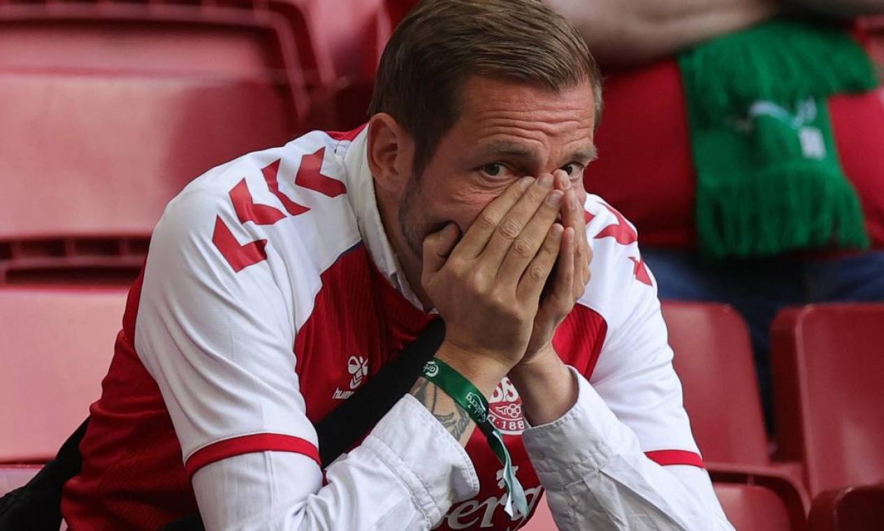 Torcedor reage depois que o meio-campista dinamarquês Christian Eriksen desmaiou em campo Foto: FRIEDEMANN VOGEL / AFP