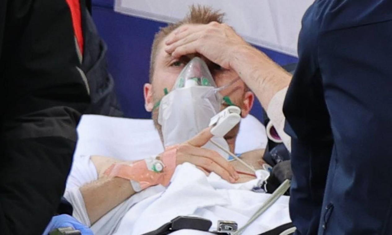 Com a consciência retomada, Eriksen deixou estádio respirando com balão de oxigênio e levado para um hospital de Copenhague Foto: FRIEDEMANN VOGEL / Pool via REUTERS