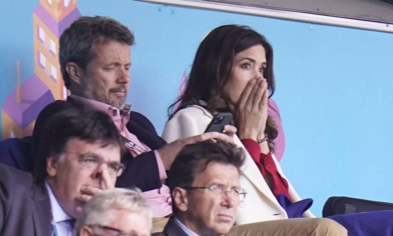 O príncipe Frederik e a princesa Mary da Dinamarca acompanhavam a partida, no Estádio Parken em Copenhague Foto: LISELOTTE SABROE / AFP