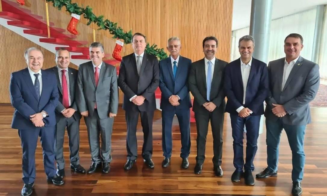 Jair e Flávio Bolsonaro com prefeitos eleitos em seis cidades do estado do Rio Foto: Divulgação