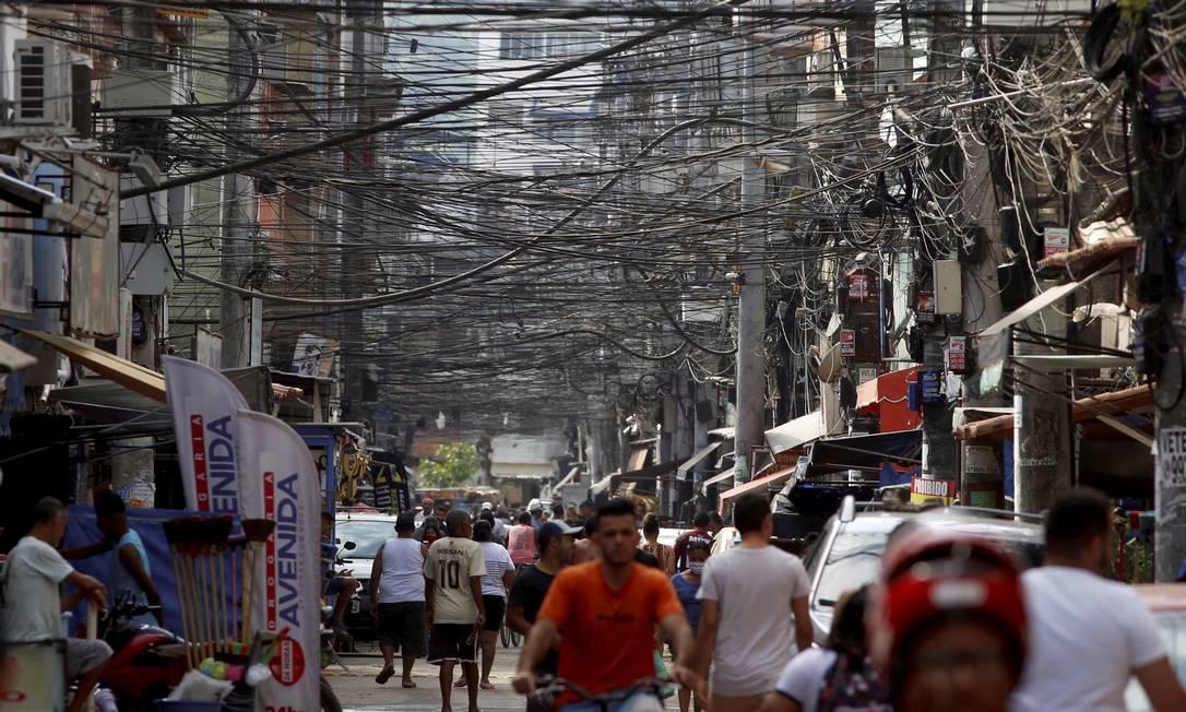 Emaranhado de fios na Avenida Areinhas, em Rio das Pedras. Foto: Fabiano Rocha / Agência O Globo