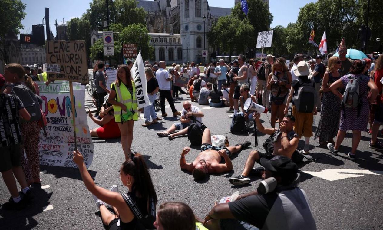 Manifestantes bloqueiam rua em frente ao Parlamento britânico Foto: HENRY NICHOLLS / REUTERS