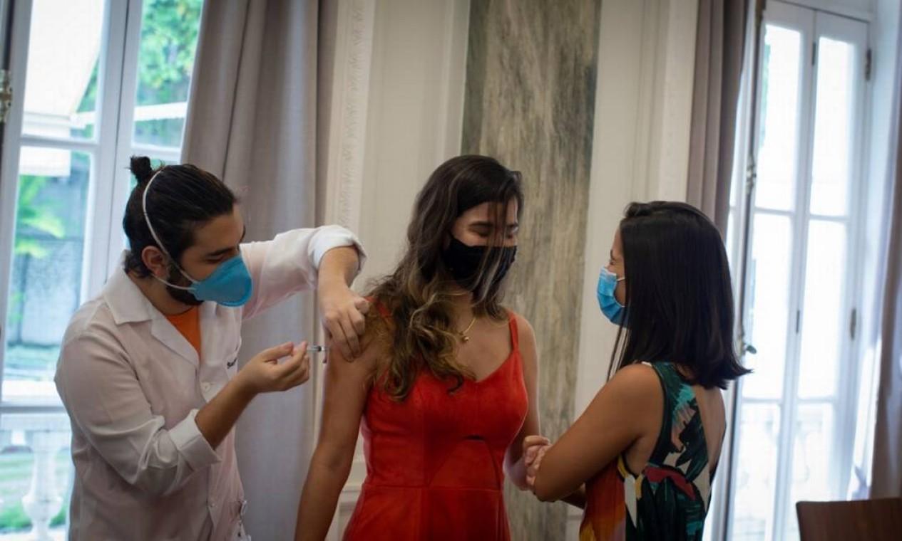 Profissional de Educação é vacinada em 09/06/2021 contra Covid-19 em posto do Rio: prefeitura prioriza setor com o objetivo da volta às aulas presenciais Foto: Márcia Foletto / Agência O Globo