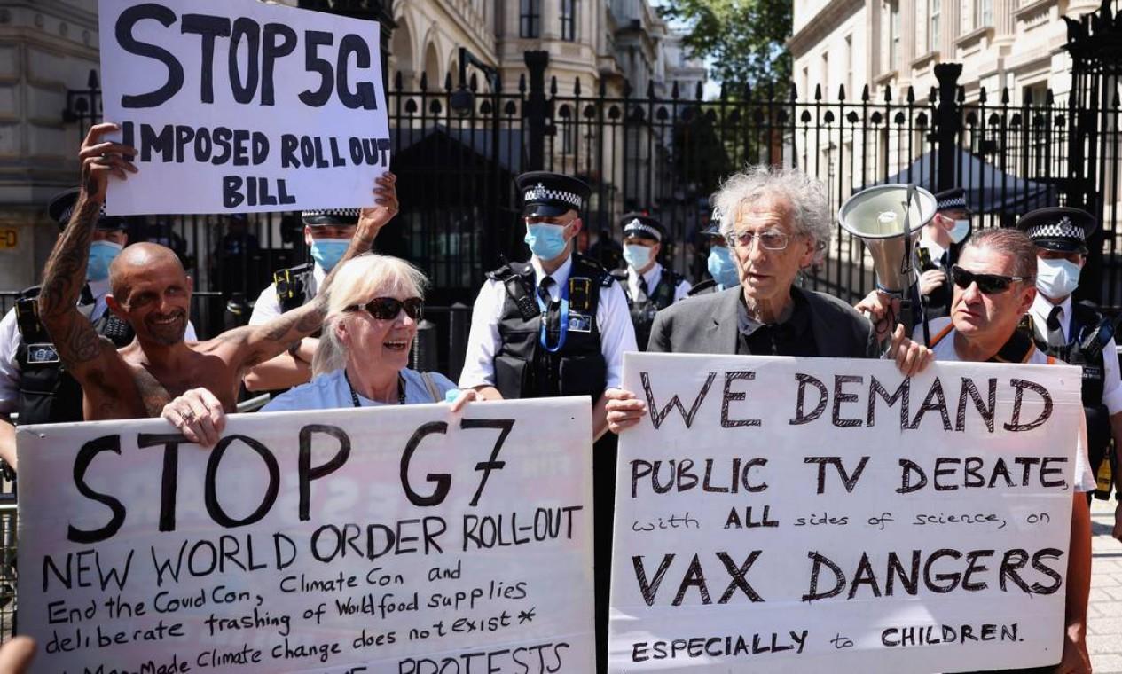Protesto contou com participação de ativistas como Piers Corbyn Foto: HENRY NICHOLLS / REUTERS