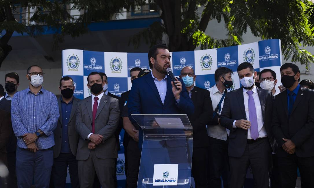 Palco cheio: Castro discursou entre secretários, deputados estaduais, federais e membros do governo Foto: Maria Isabel Oliveira / Agência O Globo