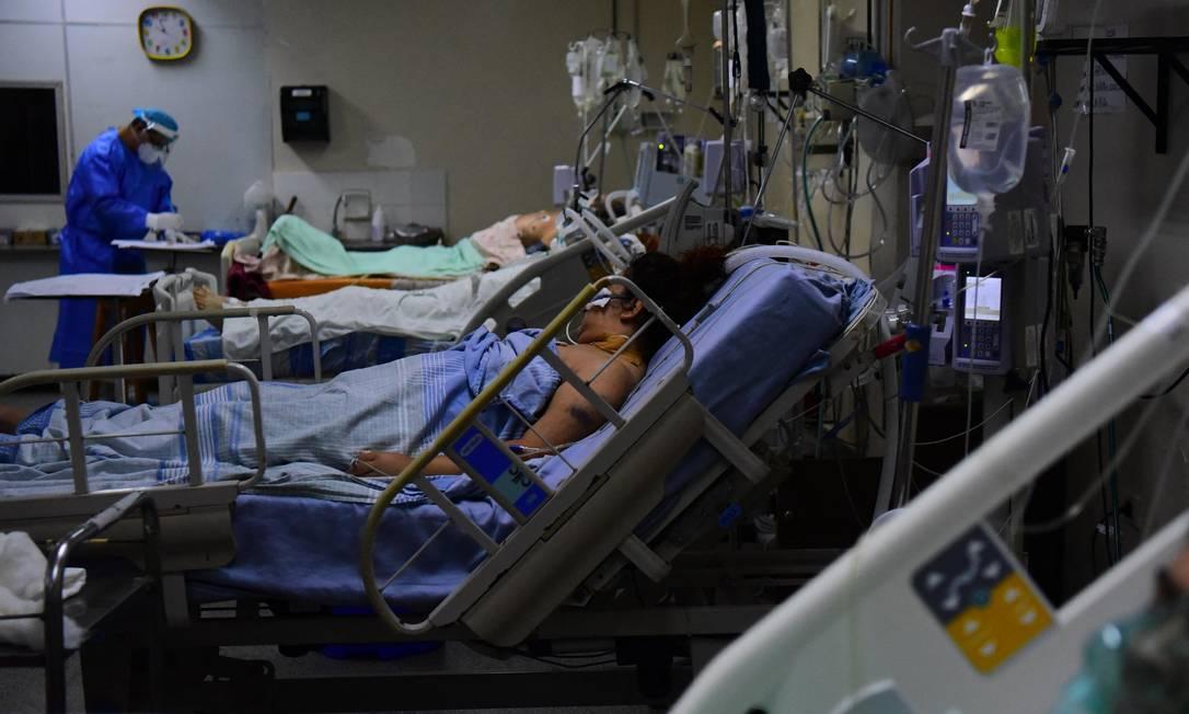 Pacientes de Covid-19 são assistidos em unidade de terapia intensiva no Hospital das Clínicas em San Lorenzo, Paraguai Foto: DANIEL DUARTE / AFP/14-06-2021