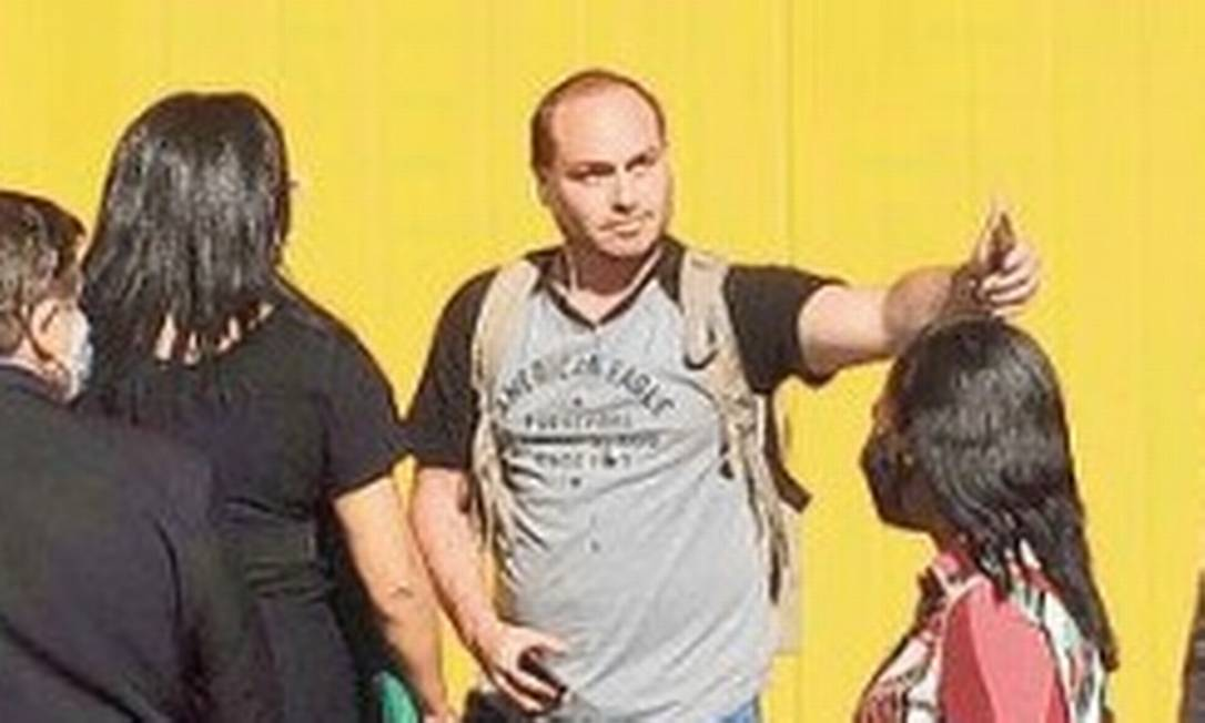 Com Bolsonaro em ritmo de campanha, Carlos vira figura cativa em viagens do pai Foto: Reprodução
