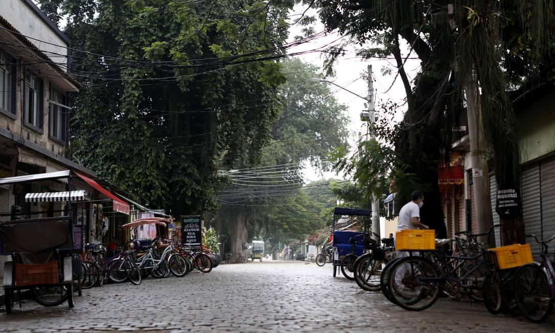 Movimentação no bairro de Paquetá durante um dia chuvoso Foto: Luiza Moraes / Agência O Globo