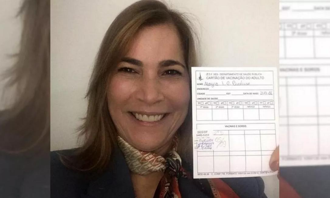 Mayra Pinheiro, a 'Capitã Cloroquina', posa junto com seu cartão de vacinação Foto: Reprodução