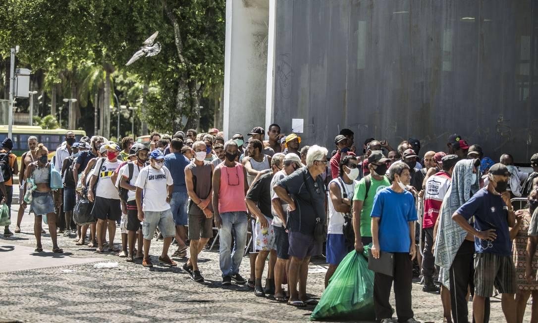 Com a crise econômica agravada pela pandemia, desemprego atingiu nível recorde. Na foto, distribuição de refeições no Centro do Rio, em abril, concentra com centenas de pessoas em busca de alimento Foto: Guito Moreto / Agência O Globo