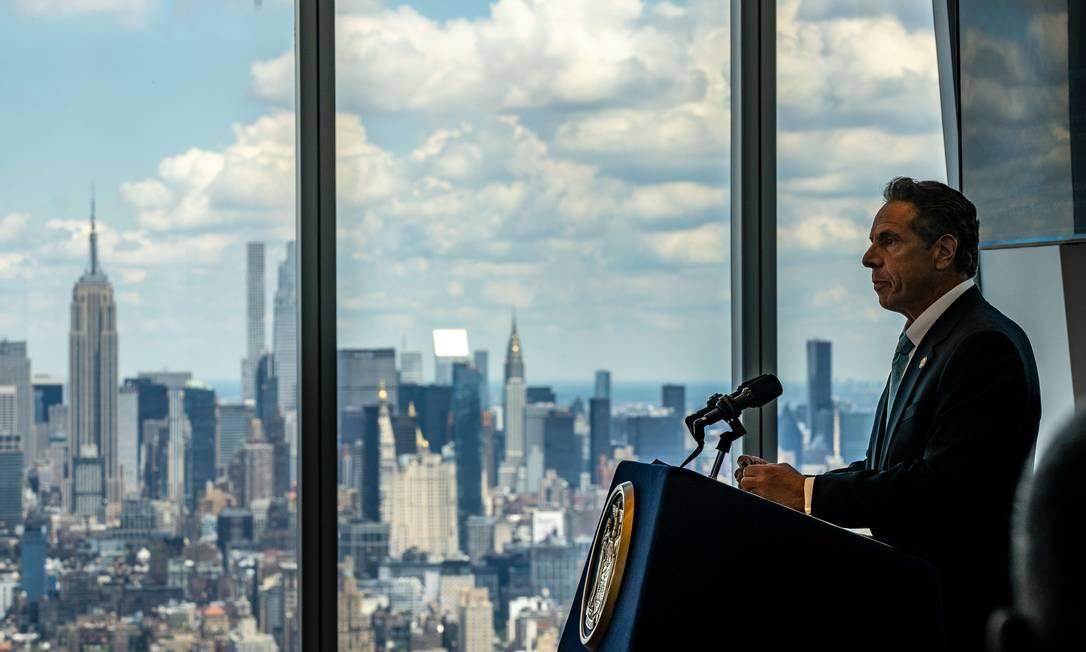 Andrew Cuomo durenta entrevista coletiva nesta trça-feira, na qual anunciou levantamento de medidas de restrição para Nova York Foto: David Dee Delgado / AFP