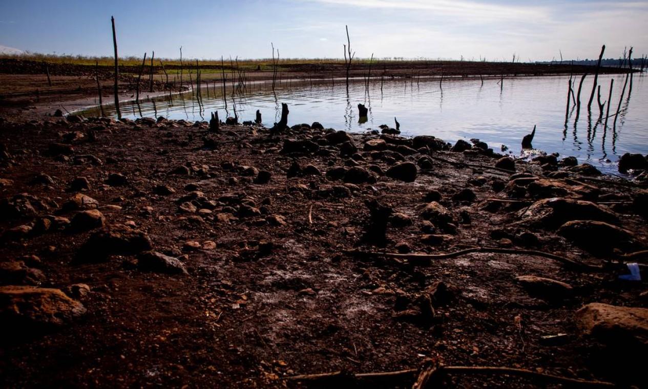 Com a falta de chuva para encher o reservatorio, a producao de energia foi reduzida Foto: Ferdinando Ramos / Agência O Globo