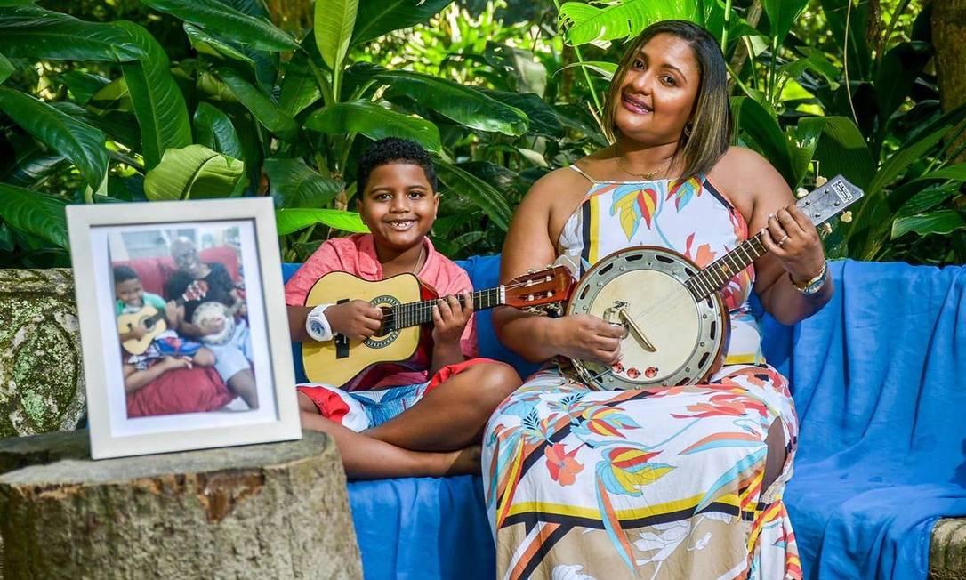 Davi, de 9 anos, e Luciana, de 43: pesa a falta de Evaldo, morto a tiros por militares em Guadalupe em 2019 Foto: Arquivo pessoal