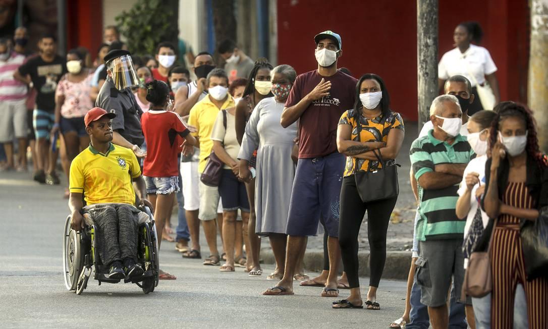 Fila para receber o Bolsa Família durante a pandemia Foto: Gabriel de Paiva/20-05-2020