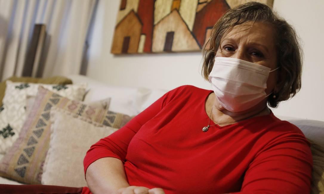 Luci Ruas, de 73 anos, tomou a segunda dose da Coronavac em abril e diz se sentir mais segura, mas continua seguindo a mesma rotina de antes Foto: Luiza Moraes / Agência O Globo