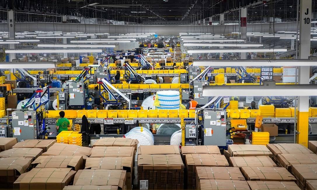 O gigantesco armazém de Staten Island da Amazon, que atende Nova York: desempenho dos funcionários é monitorado em tempo real, com metas de ritmo de empacotamento por minutos Foto: CHANG W. LEE / NYT