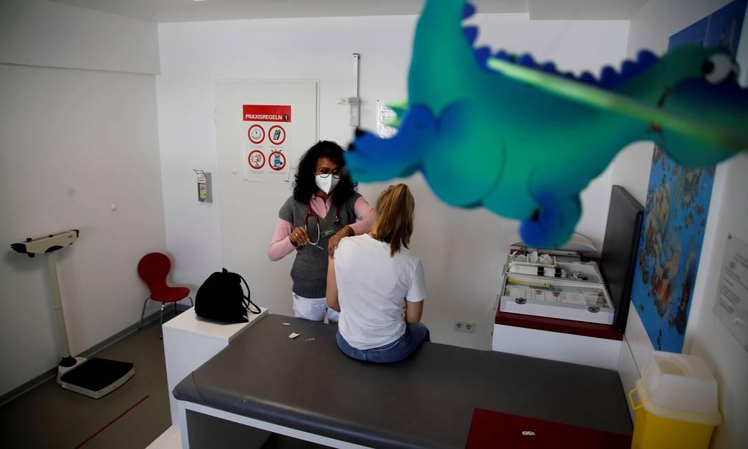 Pediatra aplica dose de imunizante em adolescente em Bonn, na Alemanha Foto: LEON KUEGELER / REUTERS