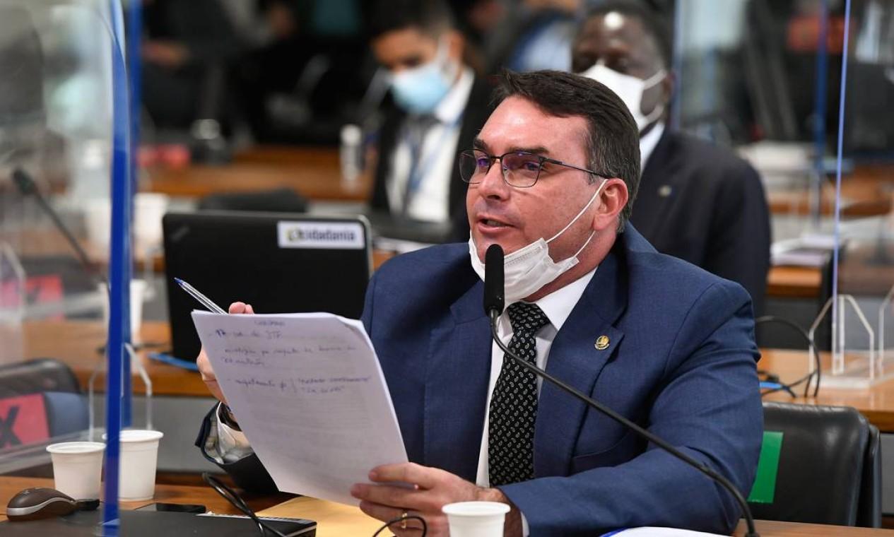 O filho do presidente e senador Flavio Bolsonaro (Patriota-RJ) tumultuou novamente a CPI antes mesmo de ser integrante, em defesa do governo do pai Foto: Jefferson Rudy / Agência Senado