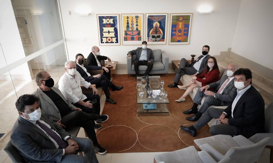 Líderes de partidos de centro se reúnem em Brasília para debater candidatura para as eleições presidenciais de 2022. Um dos articuladores do encontro foi o ex-ministro da Saúde Luiz Henrique Mandetta, em primeiro plano, à direita Foto: Pablo Jacob / Agência O Globo