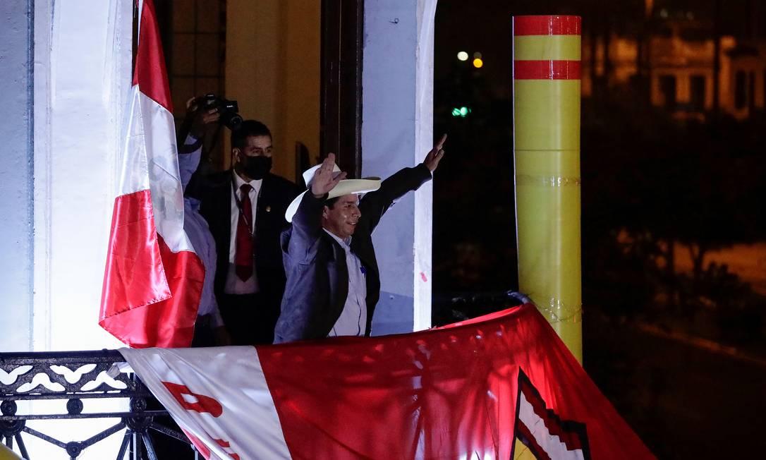 Castillo fala a seus apoiadores do balcão da sede do seu partido, o Peru Livre, em Lima, na noite de terça-feira Foto: ANGELA PONCE / REUTERS