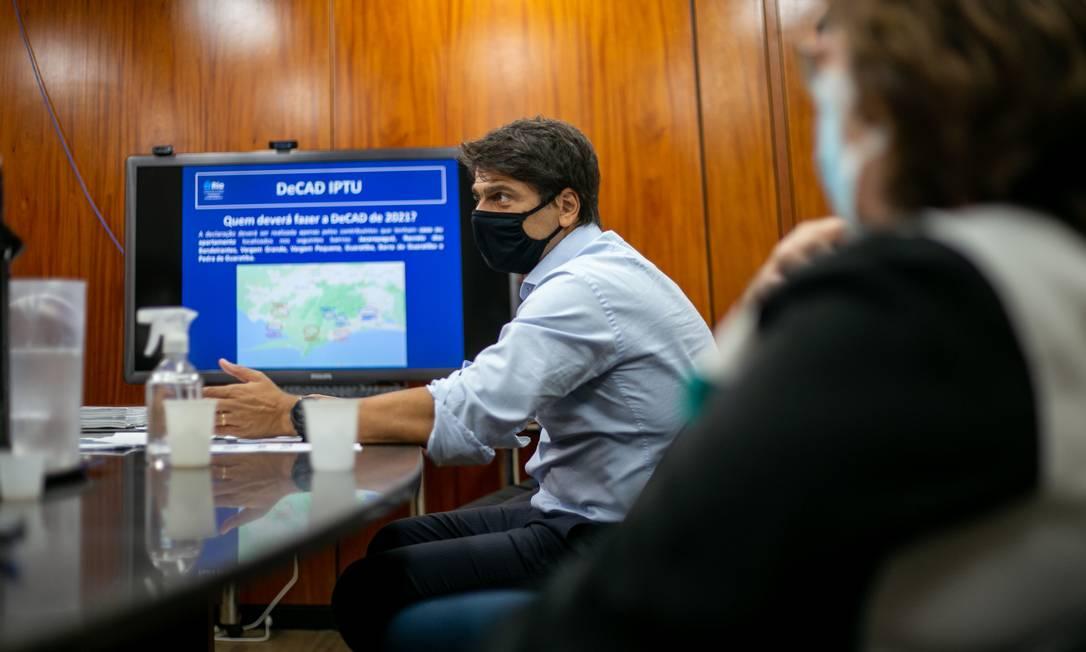 O secretário Pedro Paulo mostra como vai funcionar a DeCAD Foto: Divulgação/Tarso Ghelli